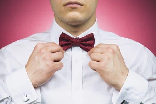Homme en chemise blanche avec un noeud papillon