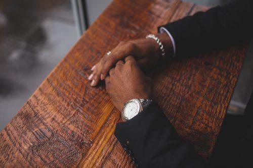 Mains d'un homme avec montre de luxe et bijoux