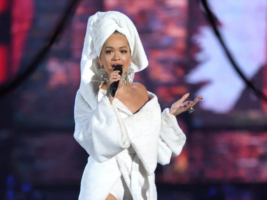 La chanteuse Rita Ora en peignoir pour les MTV EMA 2017